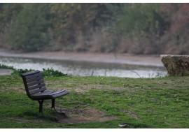 Скамейка у реки