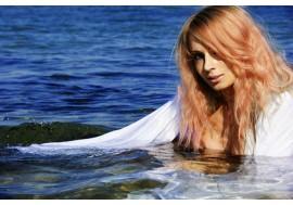 Красивая рыжеволосая девушка в воде