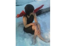 Девушка на снегу в прозрачном платье