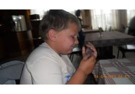 Ребенок смотрит в телефон