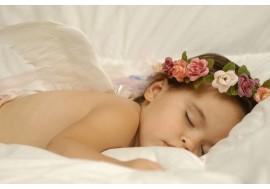 Спящий ребенок на кровати