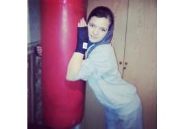 Девушка занимается боксом